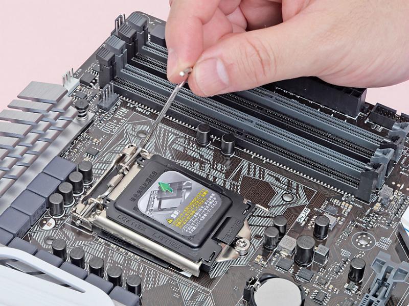 先ほどとは逆の手順で、CPUカバーとレバーを倒す