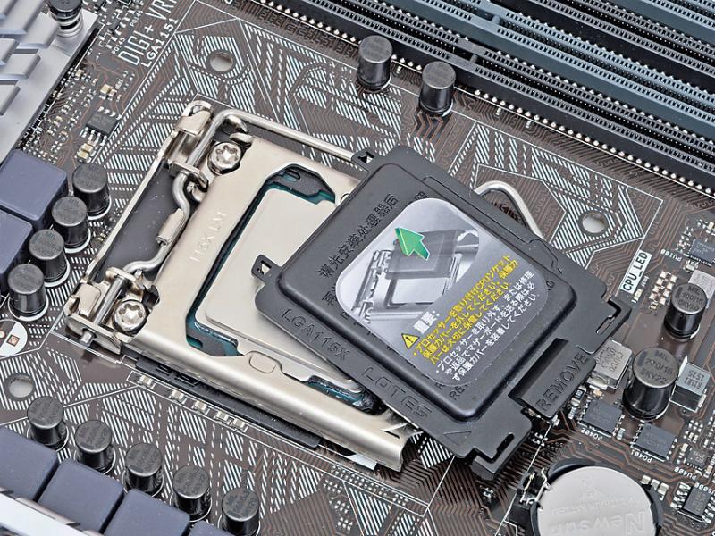 レバーを下に押し切ると、CPUソケットを保護していたプラスチック板が自動的に外れる