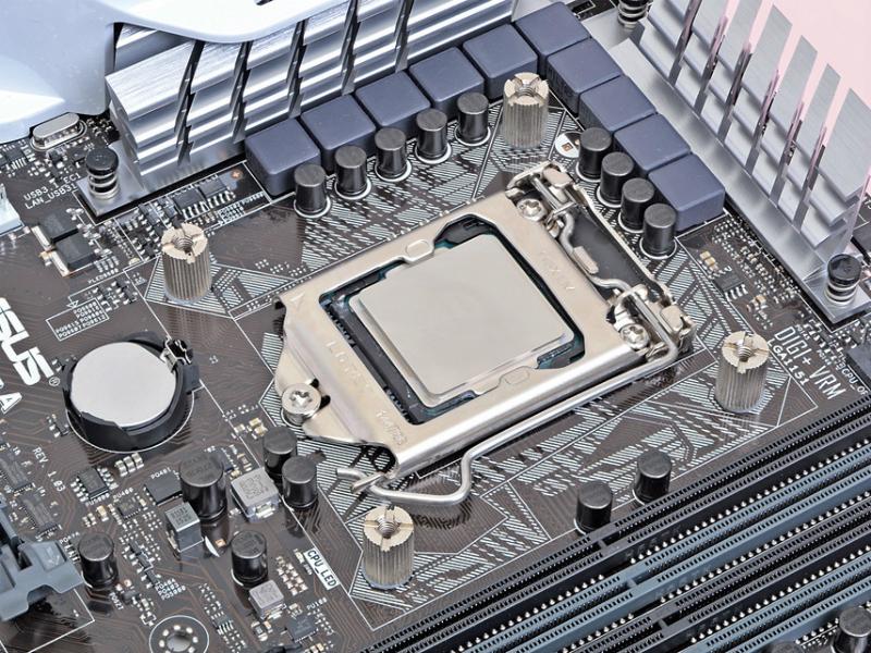 CPUクーラーの固定穴に4本のスタッドナットAを挿し込み、バックプレートを固定する