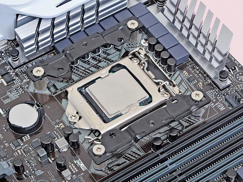 マウンティングプレートをメモリスロットと平行に設置して、ネジ(小)で固定する