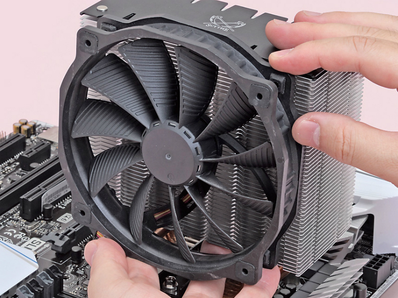 CPUクーラーのファンは、基本的に吹き付け方向で設置する。ファンガードがない側が外を向くようにすればよい