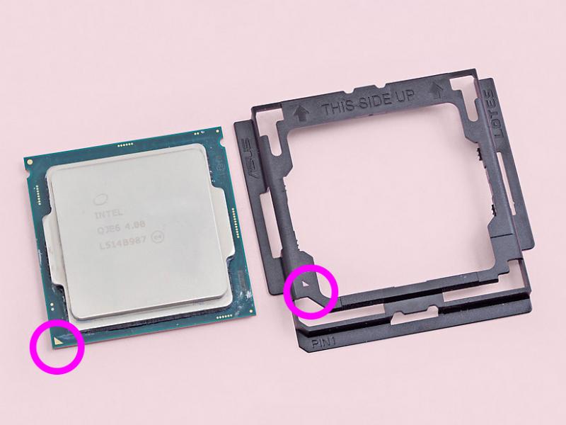 CPUの左下にある三角マークと、アダプタの左下にある三角マークの位置が合う状態でアダプタをかぶせる