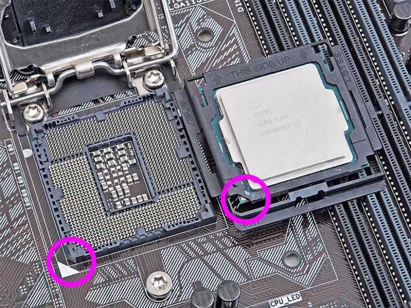 アダプタ越しに見えるCPUの三角マークと、CPUソケットの左下にある三角マークの位置を合わせる