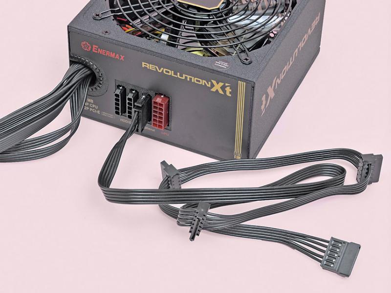 今回の作例では、直付けのケーブル以外にSSD用のSerial ATA電源ケーブルが必要だ。電源を組み込む際に使うインチネジは、電源やPCケースに同梱される
