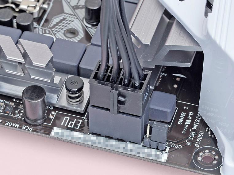 CPUに別系統で電流を供給するために設けられたコネクタ。ビデオカード向けに電流を供給するPCI Express補助コネクタと似ているが別物なので、間違えないように