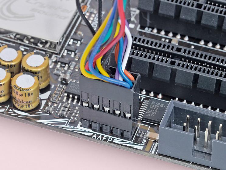 PCケースのヘッドホン端子やマイク端子を利用するためのコネクタ。USB 2.0対応ピンヘッダと似ているが、ピンの間隔やピンがない場所が異なる
