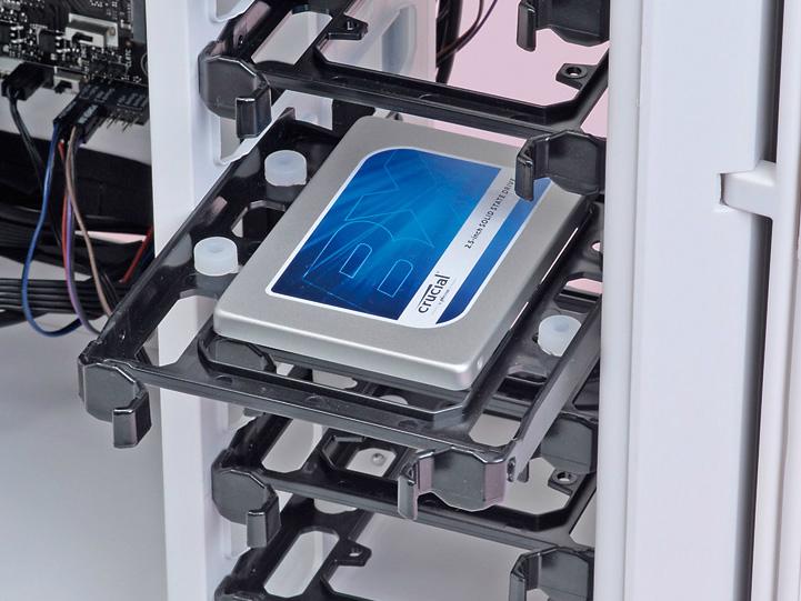 SSDを取り付けたら、トレイを3.5/2.5インチシャドーベイに戻す。シャドーベイのレールに従って挿し込むだけでよい