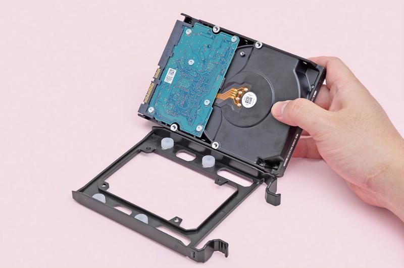 トレイを引き出すと、底面に白いゴムのワッシャーが付いている。3.5インチHDDは、このワッシャーを専用ネジに通してネジ止めする