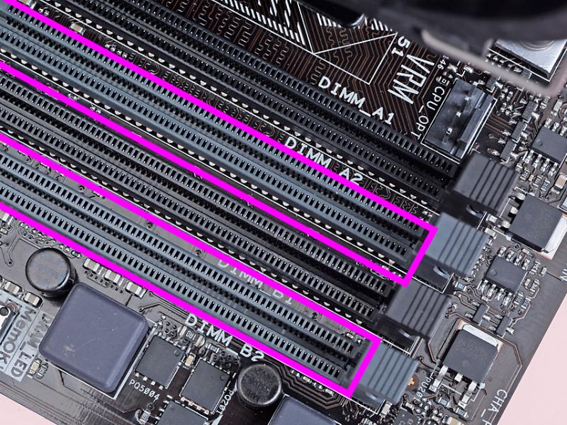 今回は2枚のモジュールを組み込むので、灰色の「DIMM A2」スロットと「DIMM B2」スロットを使う。スロット名はシルクプリントで確認できる