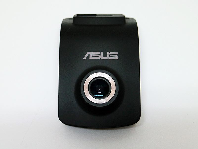 ドライブレコーダー本体。レンズの淵には「F/2.0 Fixed Lends」、「1080P FULL HD」と刻印されている。