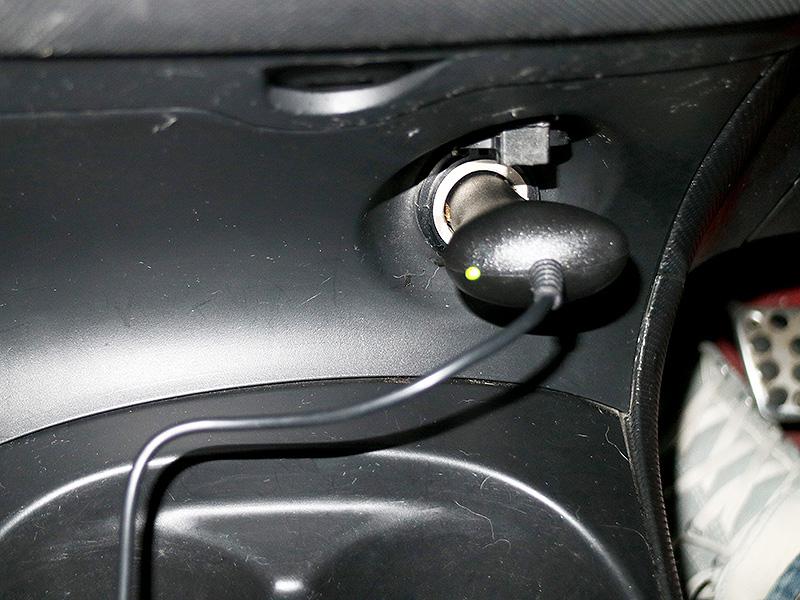 給電用のケーブルはシガーソケットに挿し込むだけでOK