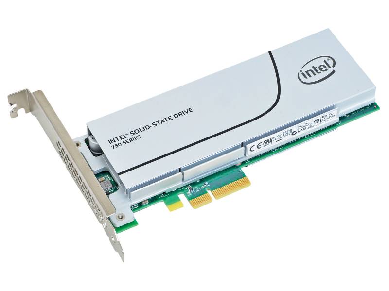 Intel SSD 750は、PCI Express 3.0 x4接続の高速SSD。PCI Expressに最適化したNVMe(Non-Volatile Memory Express)に対応し、コンシューマ向けSSDとして現行トップクラスの性能を誇る。2台用意し、RAIDも試した