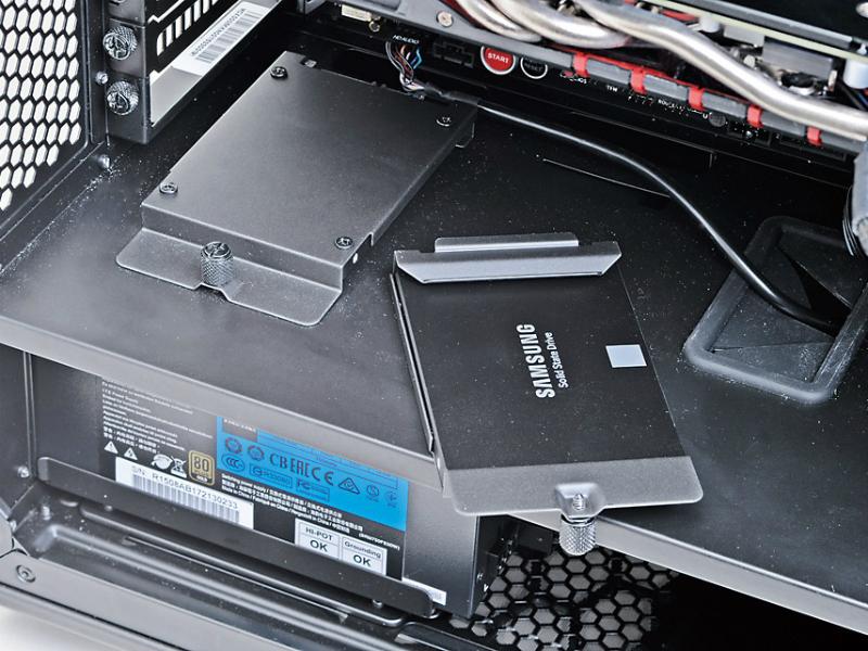基本構成のMasterCase 5とSSR-750RMSでも、2.5インチSSDを4台搭載するには少し難があった。2本しかないSerial ATA電源ケーブルの片方の長さが足りず、変換コネクタ(または3.5インチベイ用マウンタ)を利用する必要があった