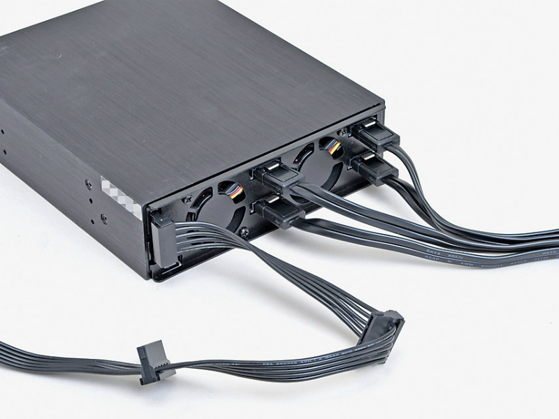 バックプレーンへの電力供給はSerial ATA電源ケーブル1本でOK。これだけで内部は格段にすっきりする。プラグインタイプならなおさらだ。Serial ATAケーブルは台数分必要だが、この1台にまとめられるため、ゴチャつきはかなり軽減される