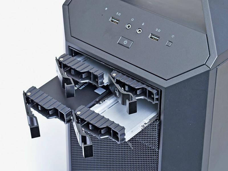5インチベイ1基分のスペースで4台のSSDを収納できるため、省スペース効果が抜群。しかもPCケースのカバーを開けなくとも1台ずつフロントから着脱できて便利だ。各トレイのレバーにはセキュリティ対策のロックも付いている