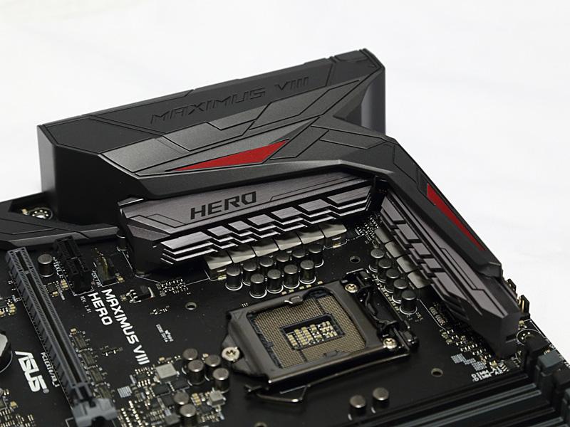 Intel Z170チップセット搭載マザーボードのASUS MAXIMUS VIII HERO。従来のROGシリーズの黒+赤から、黒灰+赤にカラーリングが変更された。もちろん見た目だけではなく、長期間使用するベース機材として、耐久性と拡張性にも期待しての選択だ。