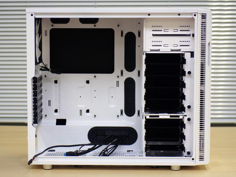Define R5 Whiteは静音性がウリのモデルだが、拡張性も高く、3.5インチHDDであれば最大8台、SSDなら最大10台まで搭載できるほか、すべてのドライブケージを着脱可能だ。