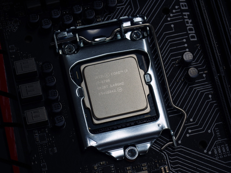 Core i7-6700はSkylake世代「Core i7」の上位モデル。4コア/8スレッド対応で、TDPは65W。ベースクロックは3.4GHz/ブースト時4GHz。購入当日はセット購入割引も実施されていた。
