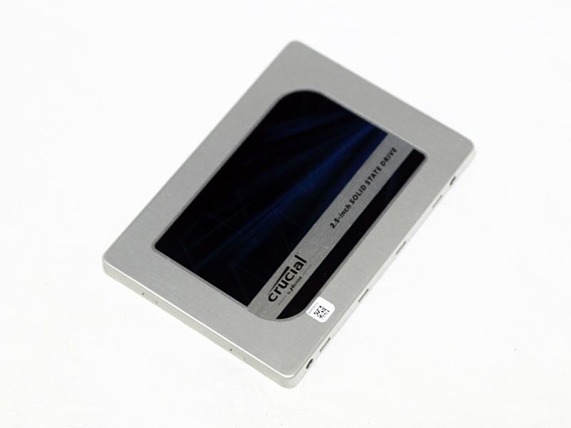 システム用ストレージには、MX200シリーズの500GBモデルCT500MX200SSD1を採用。After Effectsのディスクキャッシュとしても利用するため、容量と耐久性を重視した。