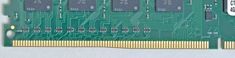DDR4メモリのコネクタ部分。DDR3に比べピン数が48ピンも増え、基板の厚みも増している。その多くのピンを挿しやすくするため端子部分に緩やかな傾斜が付いているのが特徴だ