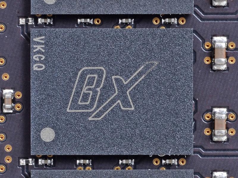 8GBのモデルはメモリモジュールを両面に実装。チップには片面にはブランドロゴが、もう片面にはブランドとMicronのロゴが入っていた
