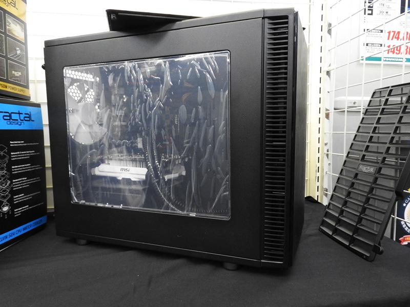 Define Nano Sの窓付きバージョン。内部には簡易水冷採用のシステムが組み込まれていた。このシステムを作成したのは門馬氏だが、ケースの精度が高く、組み立てもしやすかったとのことだ