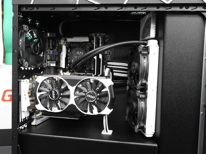 Venom PCの内部。簡易水冷システムが組み込まれている