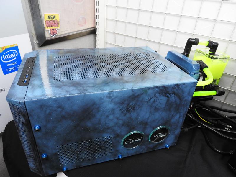 小型ケースを採用しており、水冷システムは外部に設置されている