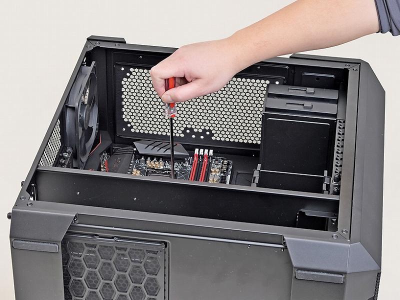 マザーボードは立てた状態だとネジ止めが非常に困難。基本的にはPCケースを横倒しにして固定作業を行なおう