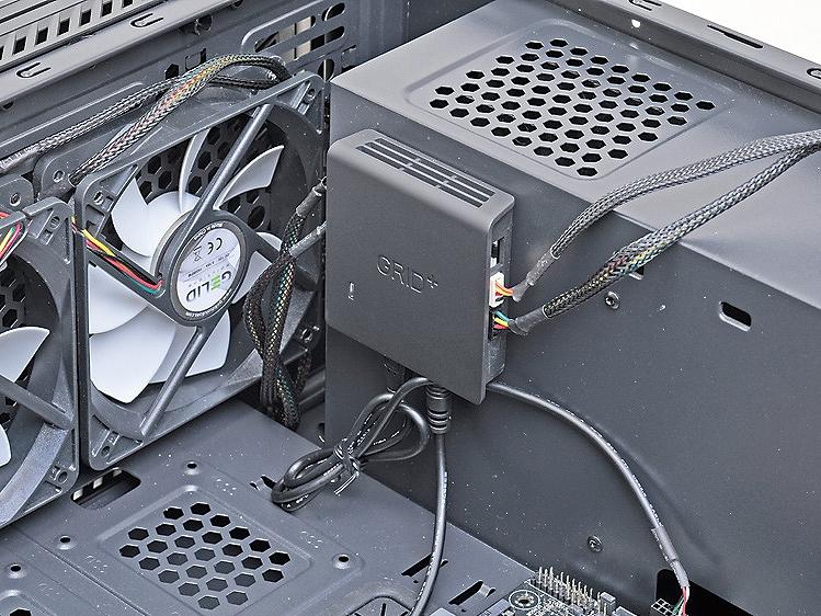 本体は73mm角と小さく、ケース内では両面テープで貼り付けておくとよい