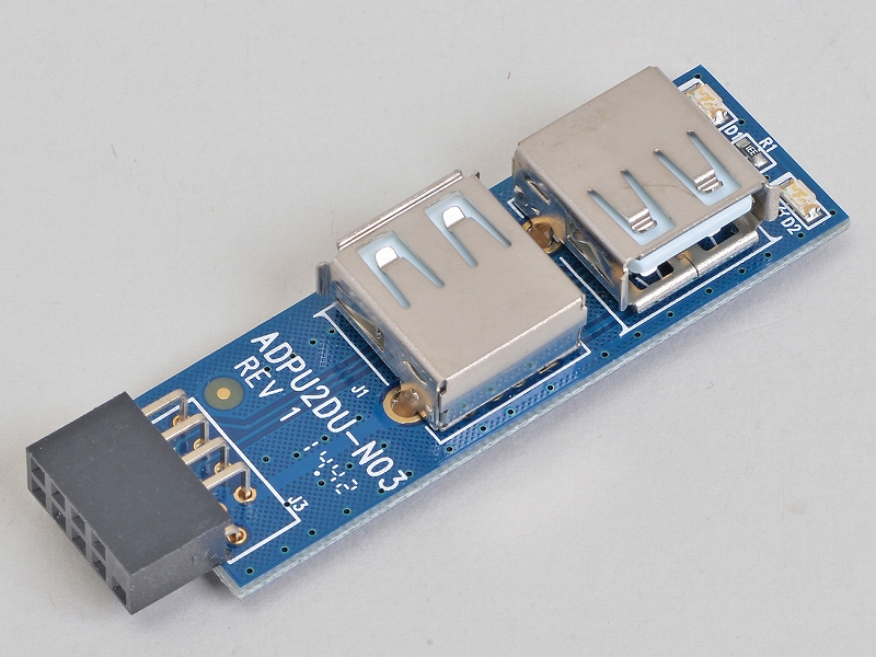 """<b class="""""""">エアリア<br class="""""""">世田谷電器 奥沢三丁目 AR-UPIPO-C<br class="""""""">実売価格:700円前後</b><br class="""""""">マザーボード上で余っているUSB 2.0ピンヘッダに挿し、USB 2.0 Type-Aコネクタ2基を「ケース内に」増設するアダプタ。USB 2.0の速度でも十分なデバイスをケース内に収めるにはちょうどよい"""