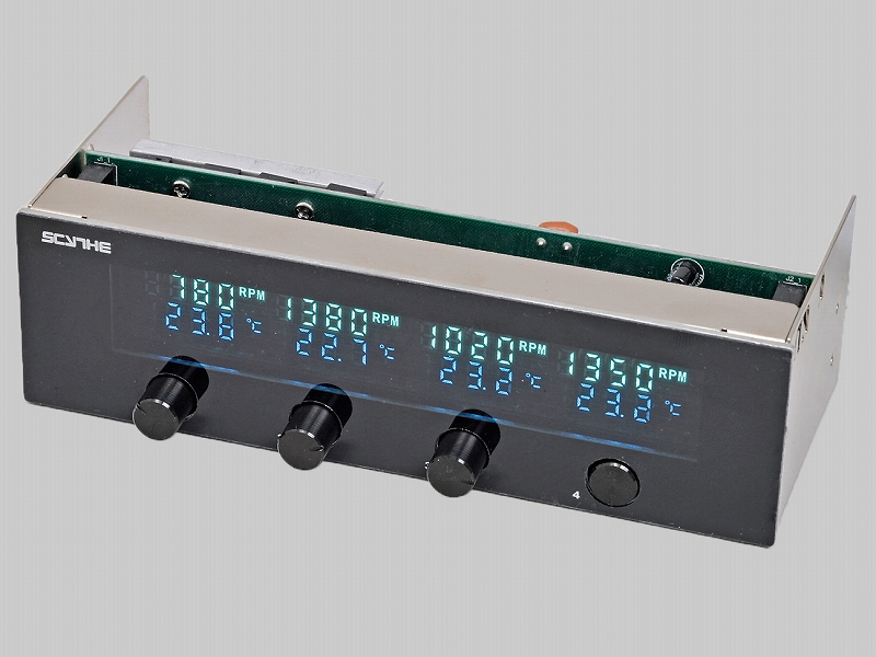 """<b class="""""""">サイズ<br class="""""""">風マスター2 KM05-BK<br class="""""""">実売価格:5,000円前後</b><br class="""""""">4チャンネル対応のファンコントローラ&温度センサー。VFDパネルに回転数と温度を常時表示できるほか、回転数制御のボリュームつまみはプッシュ式で格納することも可能"""
