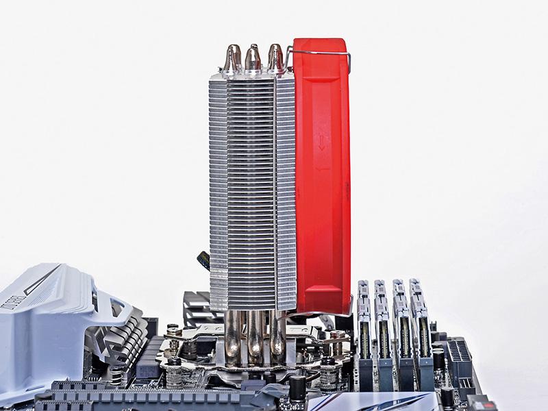 ヒートシンクの奥行きを4cm、ファン込みでも6.5cmとすることで、メモリスロットやVRMのヒートシンクとの干渉を防止している。写真はASUSTeK Z170-PROに装着したところだが、メモリスロットとの間には余裕がある