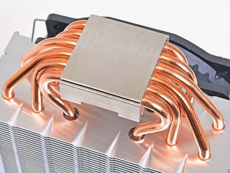 6mm径のヒートパイプ6本で、CPUの熱を50枚のアルミ製フィンからなるヒートシンクに伝え放熱する仕組。ヒートシンクは、高さ16.1cmと大きめだが、メモリとの干渉を避けるために奥行きは6.5cmに抑えられている