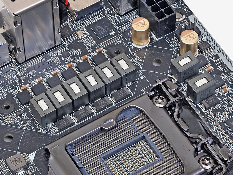 二つのダイを重ねたデュアルスタックのMOSFETや普及品の約1.5倍の供給能力を持つ60Aチョークコイル、固体モールドタイプの表面実装コンデンサなど高級部品を使い、コンパクトながら高負荷用途にも耐える内容となっている