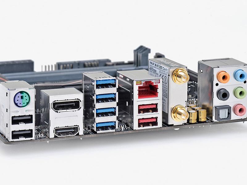 バックパネルも密度が高く、見るからにハイエンド感がある。IEEE802.11ac(867Mbps)対応の高速無線LAN機能も標準装備するほか、Mini-ITXでは実装例の少ないUSB 3.1ポートも2基備える