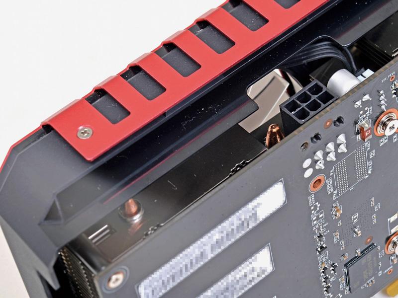 GPUクーラーの厚みは2スロット強。カードを隣接設置する際でもギリギリ干渉せず、かつクーラーの厚みを最大限追求した結果。とはいえ最近のSLI対応マザー(X99などは除く)だとSLI時は大抵1スロット空くのでそう問題にはならない