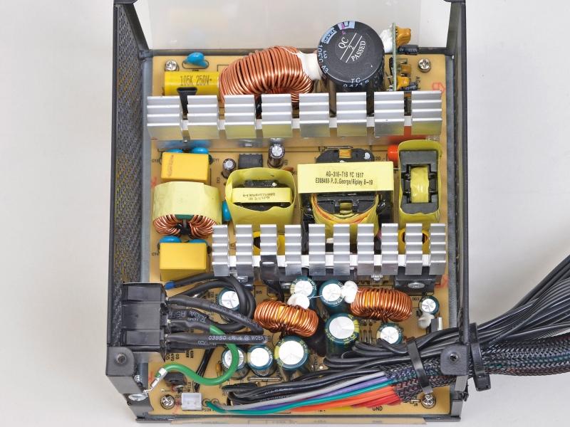 コンデンサはすべて台湾メーカー製とし、コストを抑えつつも、電解コンデンサは耐熱105℃品。2次側にごく少数だが固体コンデンサも使用