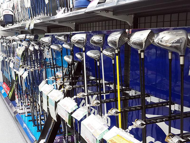 クラブを初めとしてさまざまなゴルフが並ぶ。