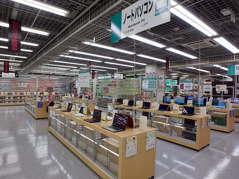 フロアの中心にはメーカー製PCを展示。在庫も潤沢にあるそう。
