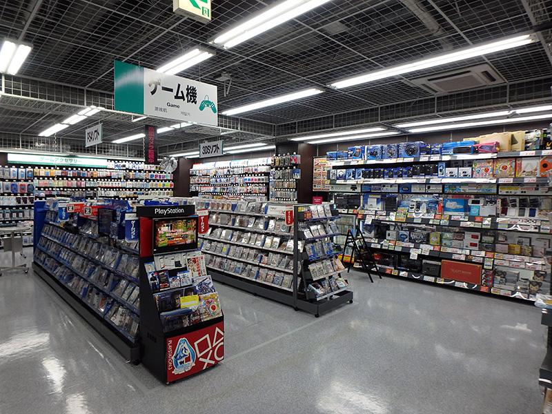 家庭用ゲーム機のコーナー。PS4、WiiU、3DSなど多くのゲームが購入できる。