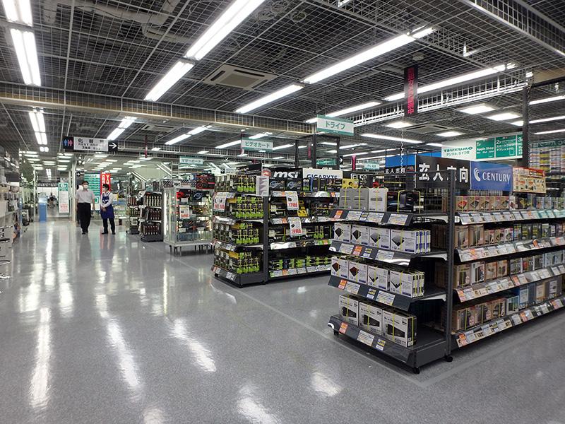 広々とした店内、取扱い製品数もかなり多い。
