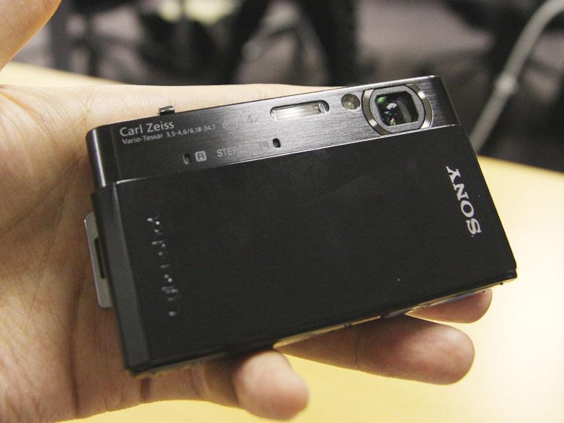 T900は、前面にステレオマイクを備える
