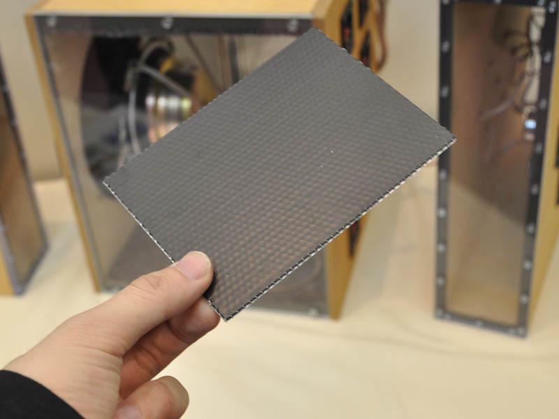 振動板は1.5mmの平板なアルミハニカムを採用している