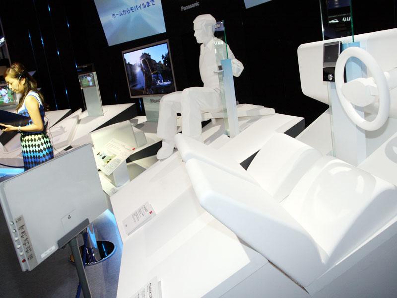CEATEC 2008での展示。リビングだけでなく、バスルームや車など、人が過ごす様々な空間における連携を紹介していた