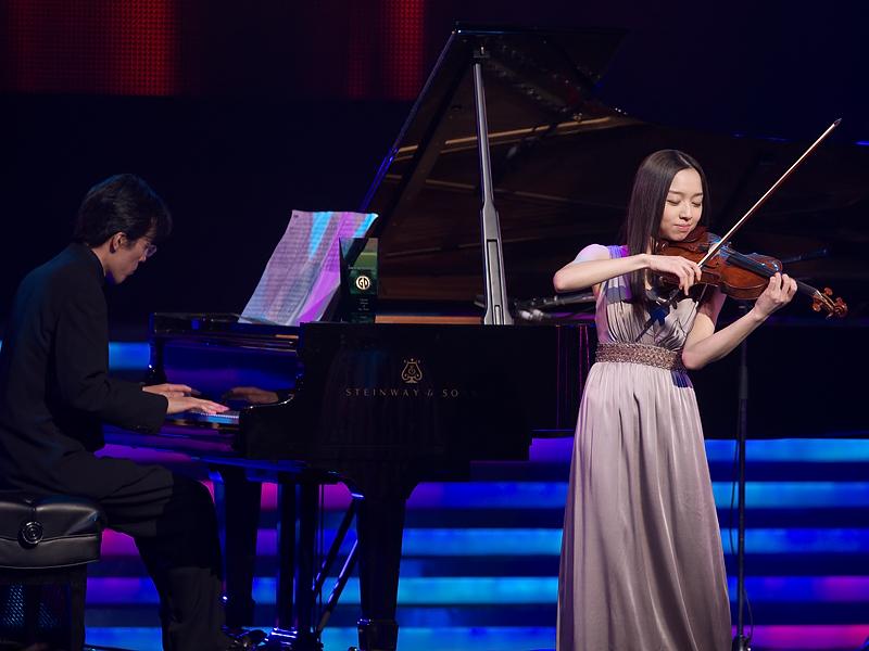 クラシック・アルバム・オブ・ザ・イヤーの邦楽部門は「image7」が受賞。代表して、宮本笑里さんが、「Les enfants de la Terre」を披露した