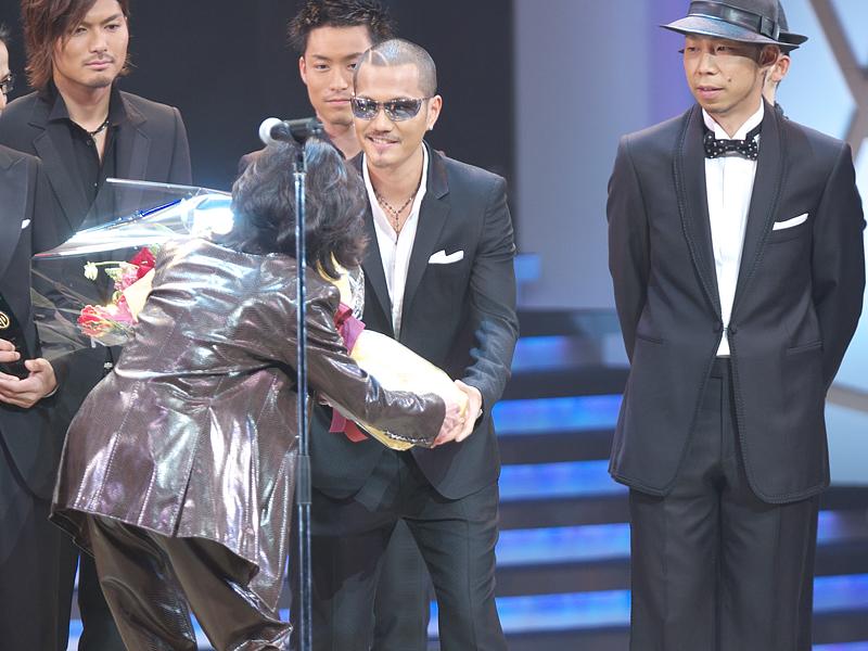 1987年の授賞式以来のステージ登場となった中森 <BR>明菜さんから、花束が贈られた