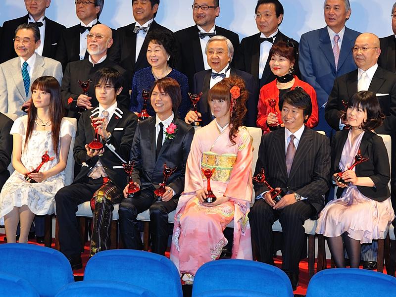 前列左から遠藤綾さん、杉田智和さん、神谷浩史さん、釘宮理恵さん、井上和彦さん、沢城みゆきさん