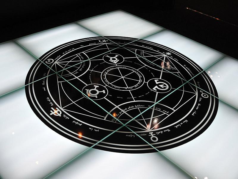 "<p align=""center"">会場内には魔法陣が"