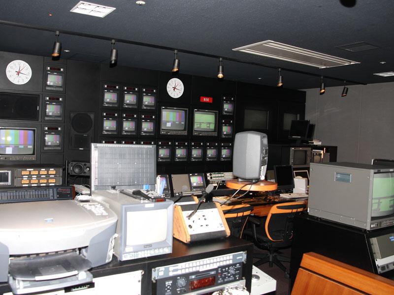 社内にあるスタジオも報道陣に公開。ひかりTVの自主チャンネルで放送される番組の収録や編集などを行なっている。視聴室も用意